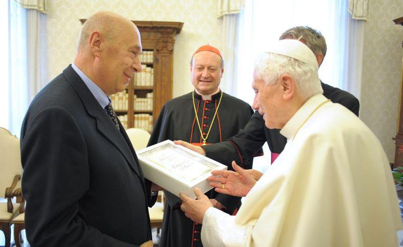 """El Papa Benedicto XVI sostiene una copia de su nuevo libro """" con el editor Paolo Mieli (i) y el cardenal Gianfranco Ravasi, Presidente del Consejo Pontificio para la Cultura. (Agencias)"""