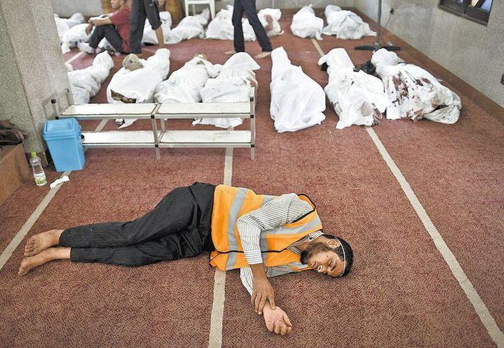 Desde el miércoles, las mezquitas en el Cairo se convirtieron en morgues para albergar los cuerpos de los cientos de víctimas masacradas. (Milenio)