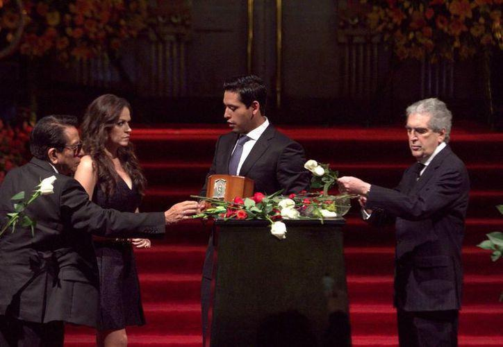 Luego de un maratónico homenaje fueron retiradas de Bellas Artes las cenizas de Juan Gabriel. A la derecha, el secretario de Cultura, Rafael Tovar y de Teresa. (Notimex)