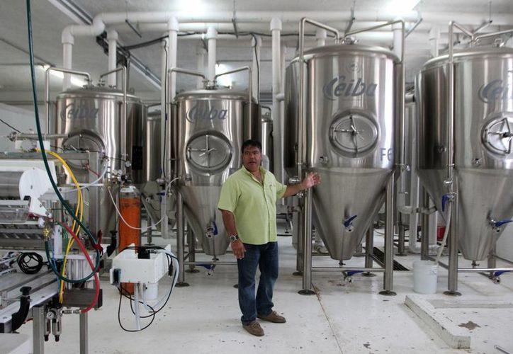 Las empresas cerveceras artesanales apuestan por el mercado gourmet. Imagen del empresario yucateco Carlos Jaime Heredia, cofundador de la cerveza artesanal Ceiba. (Milenio Novedades)