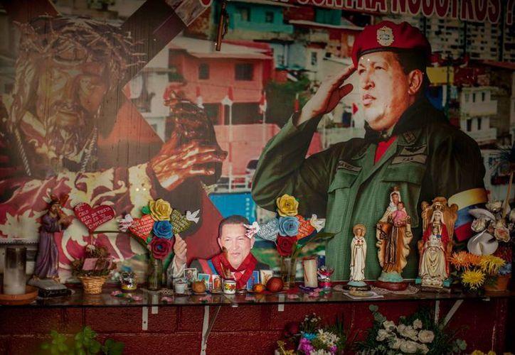 En varias casas de Caracas pueden observarse altares con las fotografías de Hugo Chávez, fallecido en marzo de 2013. (EFE)