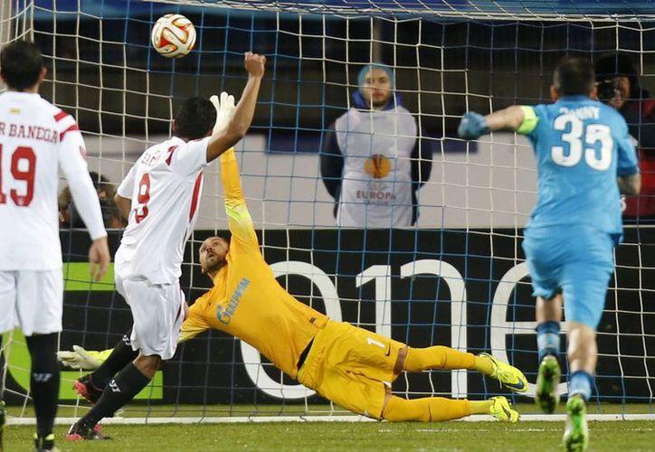 Carlos Bacca, con este gol, contribuyó al pase del Sevilla a semifinales de la Liga Europa. Sevilla empató 2-2 pero avanzó por global de 4-3 sobre Zenit. (Foto: AP)