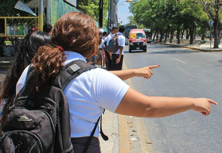 En caso de que aumente el costo del servicio de transporte público, los más afectados serán los estudiantes. (Jesús Tijerina/SIPSE)