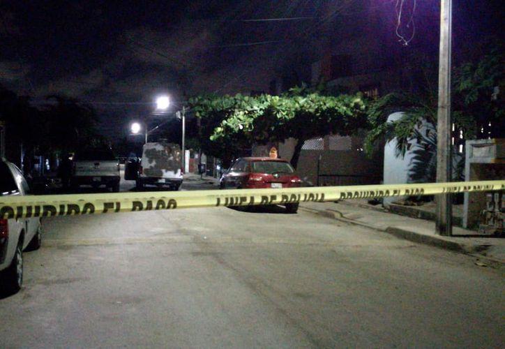 La zona fue acordonada; se encontraron varios casquillos percutidos cerca del cadáver. (Redacción/SIPSE)