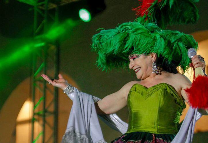 La cantante lució diferentes vestuarios dependiendo las canciones que interpretaba. (Francisco Gálvez/SIPSE)