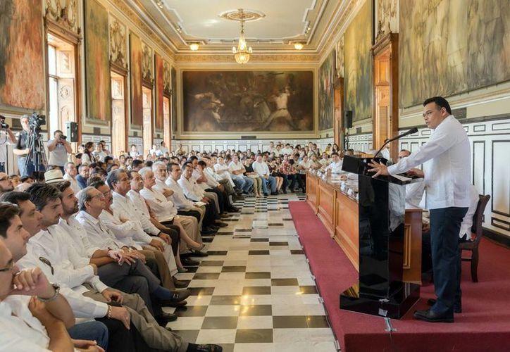 Rolando Zapata Bello dirigió unas palabras a los asistentes en el en el salón de la Historia de Palacio de Gobierno durante la presentación de la Iniciativa Tsaay Yucatán. (Milenio Novedades)