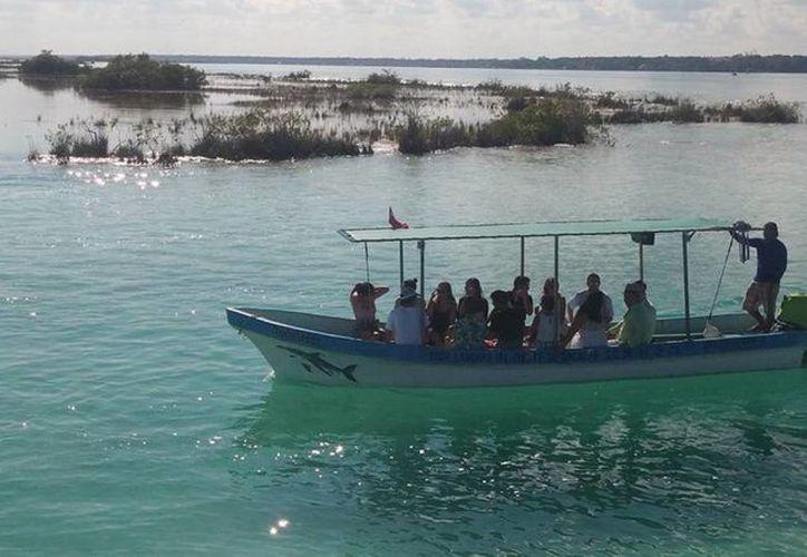 La capacidad máxima permitida por embarcación en la laguna de Bacalar es de 14 personas. (Javier Ortiz/SIPSE)