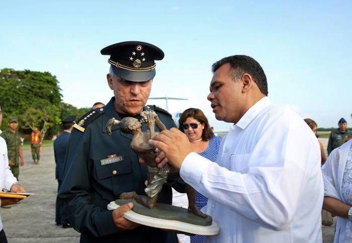 El gobernador Rolando Zapata al momento de entregarle una escultura al general Salvador Cienfuegos Cepeda. (Milenio Novedades)