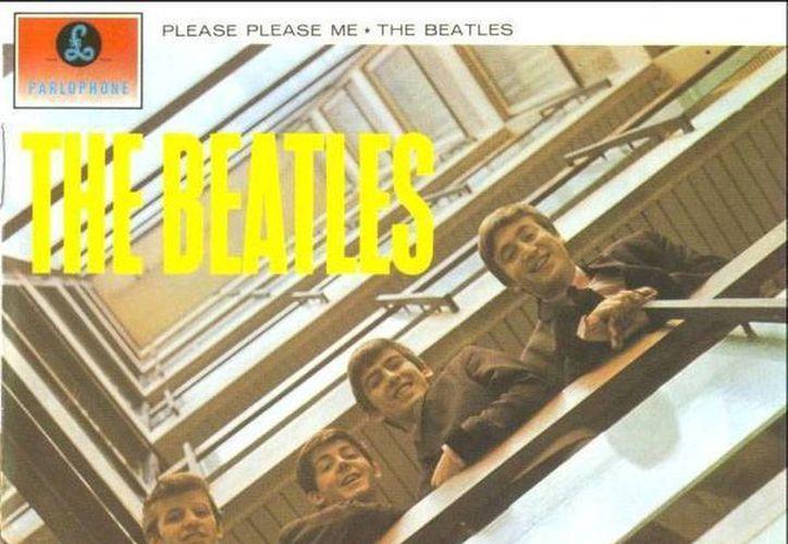"""En la portada se ve a """"The Beatles"""" en las escaleras de la sede londinense de la compañía EMI. (www.coveralia.com/Contexto)"""