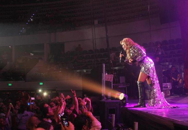 Gloria Trevi tuvo gran interacción con el público yucateco. Imagen del concierto de la polémica cantante. (Milenio Novedades)