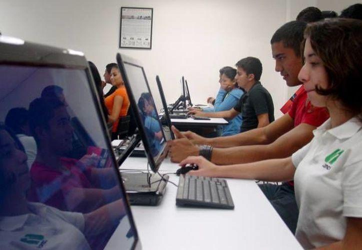 Respaldan a jóvenes que estudian una carrera en línea. (Foto de contexto/SIPSE)