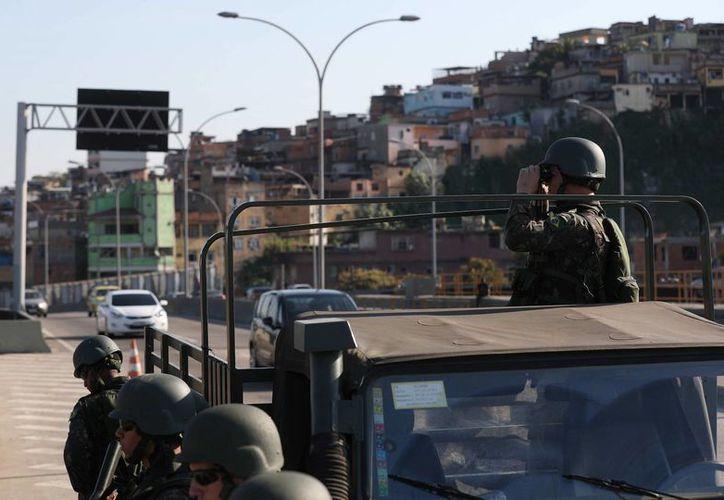 Autoridades brasileñas patrullan la Linha Amarela, la vía que conecta con el parque olímpico,en Río de Janeiro, Brasil. (EFE)