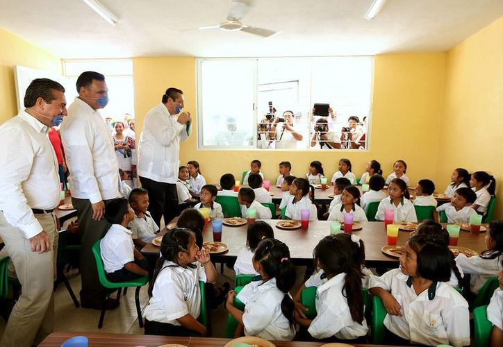 Como parte de su gira por Valladolid, el gobernador Rolando Zapata Bello entregó un comedor para una primaria de tiempo completo en la comisaría de Tesoco. (SIPSE)