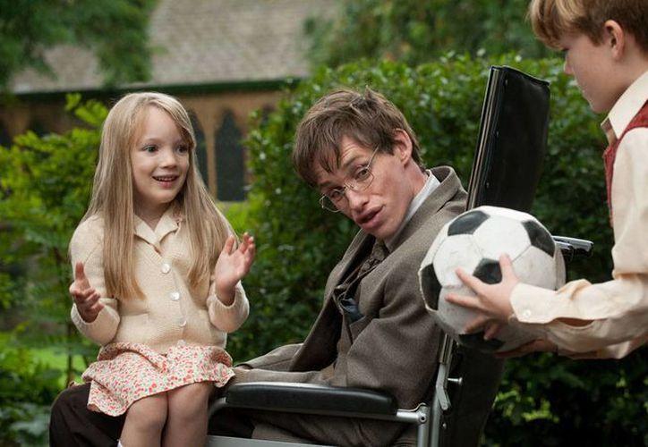El actor Eddie Redmayne (centro) interpretó al cosmólogo Stephen Hawking en la cinta La teoría de todo. (Focus Features)