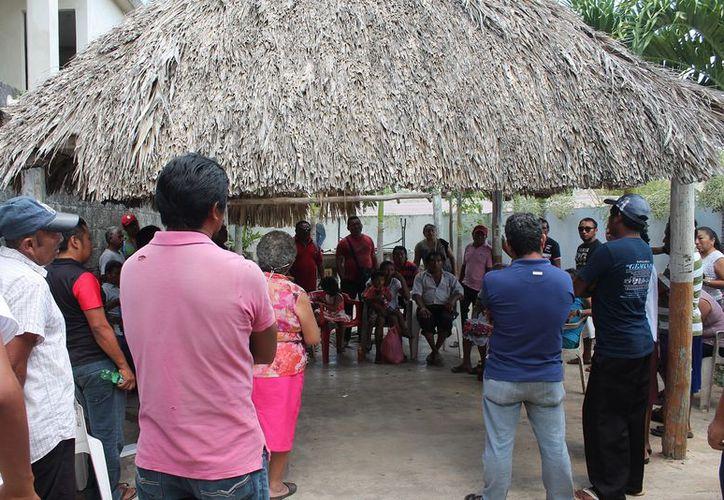 Los tricicleros ocuparon las instalaciones de la CROC, encabezados por Silvio Pech Aban. (Raúl Balam/SIPSE)