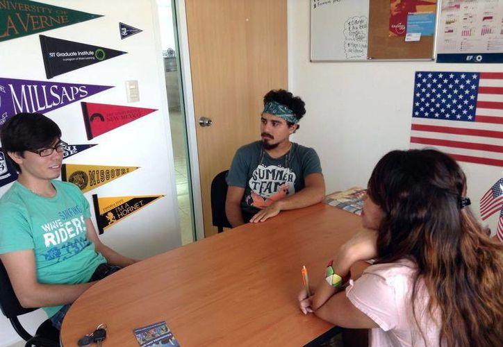 El año pasado, 1,202 visas de intercambio escolar emitió el Consulado de Estados Unidos. Imagen de un par de jóvenes mientras piden información acerca de los intercambios estudiantiles. (Milenio Novedades)