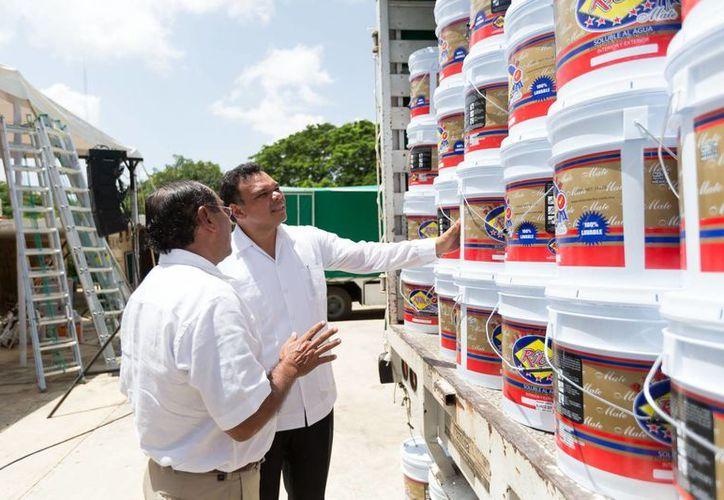 El gobernador Rolando Zapata (de frente) echa un vistazo a los botes de pintura que entregaron para a escuelas. El costo del apoyo fue de 7 millones de pesos. (Cortesía)