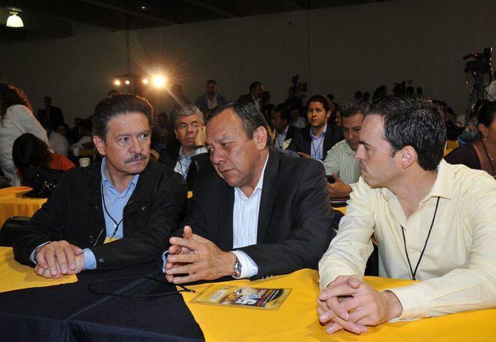 Zambrano (centro) señaló que es mejor dar pelea al interior del Pacto. (Notimex)