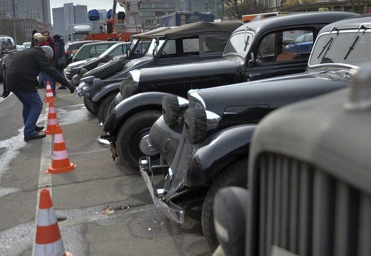 Vehículos de época estacionados en el Nicholas' Quarter en Berlín, parte del nuevo filme de Clooney. (EFE)