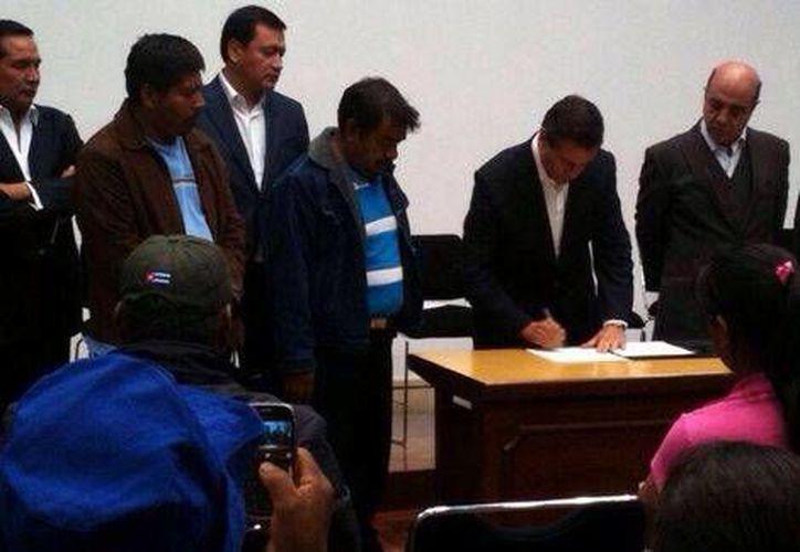 A petición de los familiares de normalistas desaparecidos, el presidente Peña Nieto firmó una minuta tras la reunión en Los Pinos. (Tomada de Twitter/@SerapazMexico)