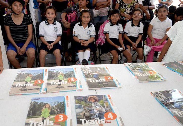 Entregaron 973 libros de inglés a estudiantes de escuelas primarias en isla Mujeres. (Redacción/SIPSE)