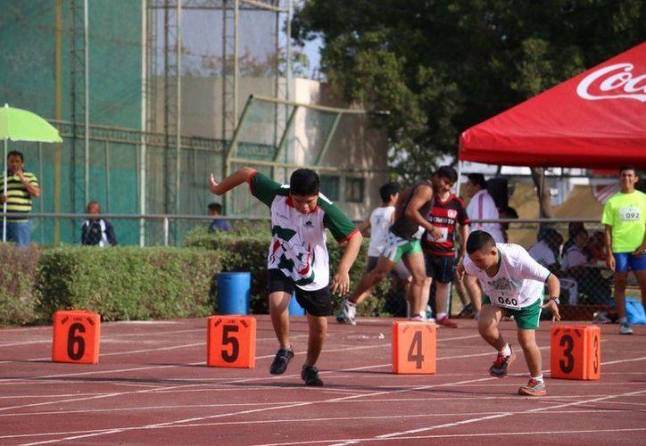 Atletas quintanarroenses acudieron al certamen estatal de atletismo. (Redacción/SIPSE)