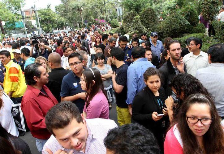 Las calles se vieron inundadas de gente ante la eventualidad del suceso, entre ellas escuelas, oficinas y empleados. (Archivo Notimex)
