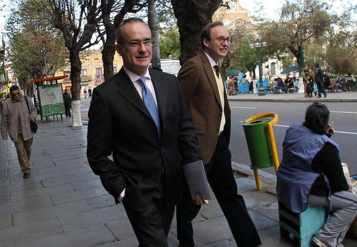 El embajador de España en La Paz, Ángel Vázquez (i), llega a la Cancillería boliviana este lunes, para presentar una nota a nombre del Gobierno español. (EFE)