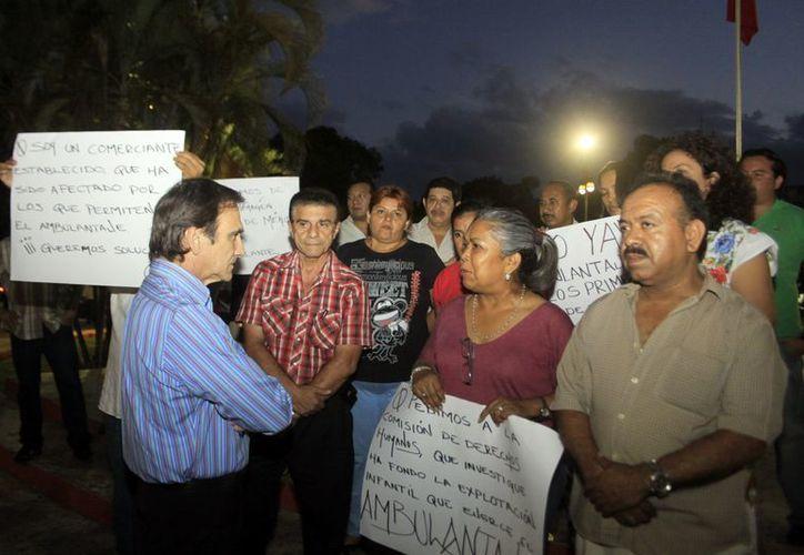 Artesanos acudieron con pancartas de protesta en mano. (Christian Ayala/SIPSE)