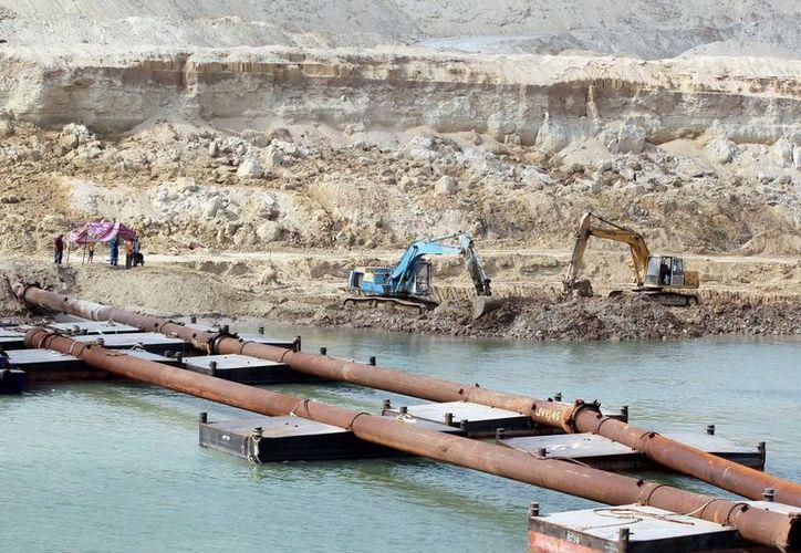 El nuevo canal de Suez se extenderá a lo largo de 72 kilómetros, entre el mar Mediterráneo y el mar Rojo. (EFE)