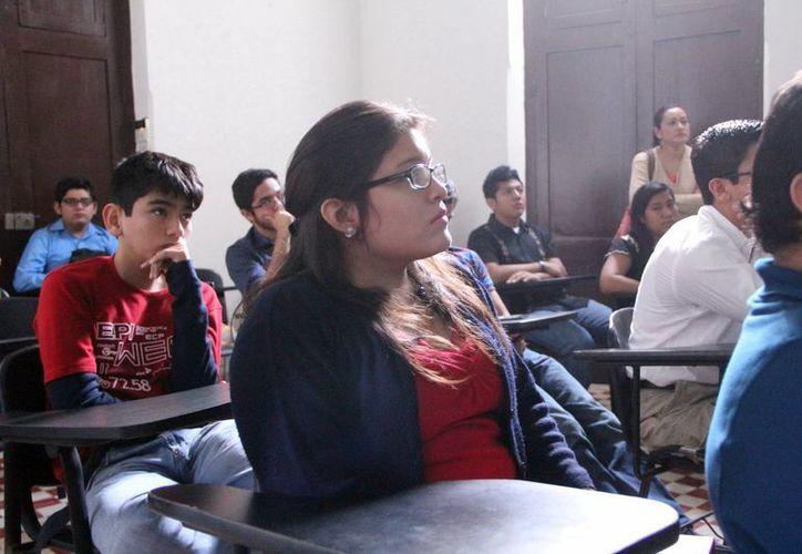 Los jóvenes participantes en el foro científico. (José Acosta/SIPSE)