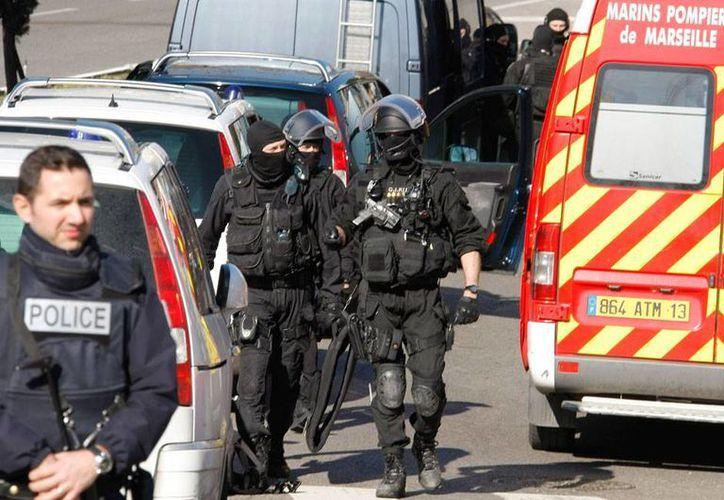 Imagen del área donde presuntos narcotraficantes abrieron fuego, en un barrio de Marsella, Francia, horas antes de la visita del primer ministro, Manuel Valls. (AP)