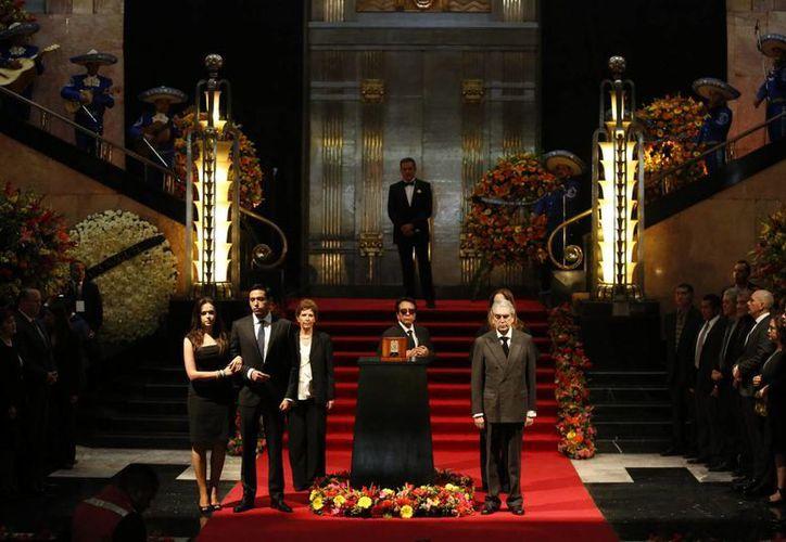 La familia de Juan Gabriel depositó sus cenizas en el Palacio de Bellas Artes para dar por iniciado el homenaje. (AP/ Rebecca Blackwell)