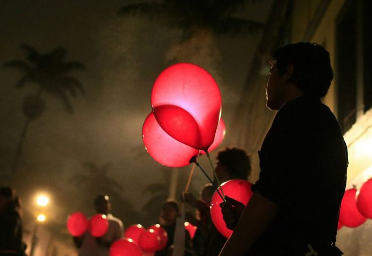 Grupos de ciudadanos se manifiestan a favor de la fecundación in vitro, frente a la Asamblea Legislativa de Costa Rica, en julio de 2011. (EFE)