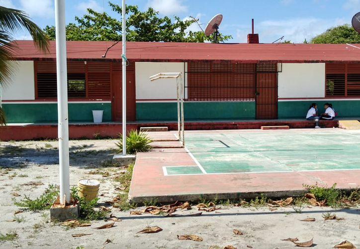 Ante la falta de docente, los alumnos abandonan el plantel antes de la hora oficial de salida. (Foto: Enrique Mena/SIPSE)