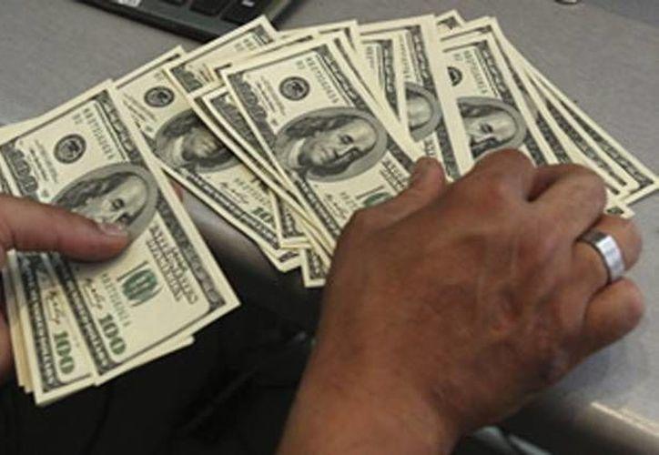 Centros cambiarios de Mérida ofrecieron la divisa estadounidense en un precio máximo de 13.52 pesos. (Archivo/AP)