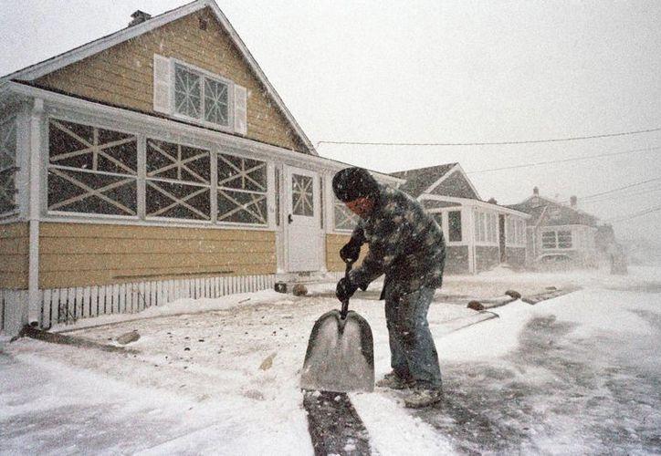 Un hombre quita la nieve con una pala en Massachusetts. La llamada 'tormenta del siglo' bate récords de nevadas desde Tennessee hasta la frontera con Canadá. (Agencias)