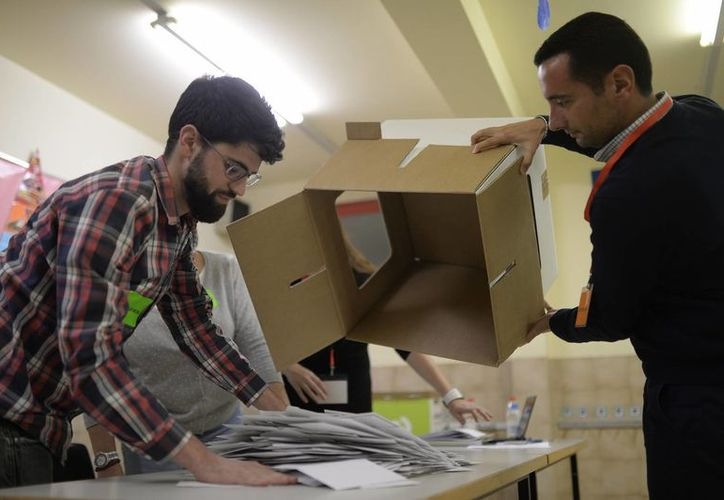Miles de ciudadanos salieron a votar en una consulta ciudadana alternativa sobre la eventual independencia de la región autónoma de Cataluña (noreste de España). En la imagen, dos catalanes realizan el conteo de los votos. (EFE)