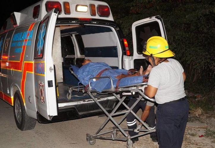 Personal de la Unidad de Respuesta a Emergencias Médicas asistió a la fémina. (Redacción/SIPSE)
