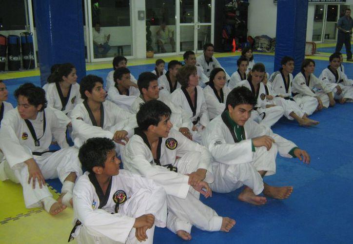 Ante medallistas panamericanos y mundiales, más de 40 alumnos presentarán examen de grado cinta negra. (Raúl Caballero/SIPSE)