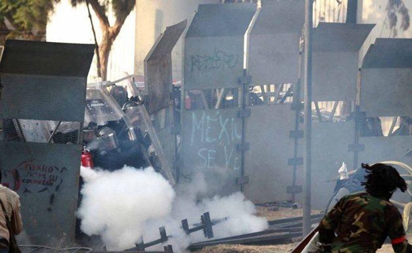 El 1 de diciembre manifestantes se enfrentaron a policías en las inmediaciones de San Lázaro y hubo lesiones en ambos bandos. (Notimex)