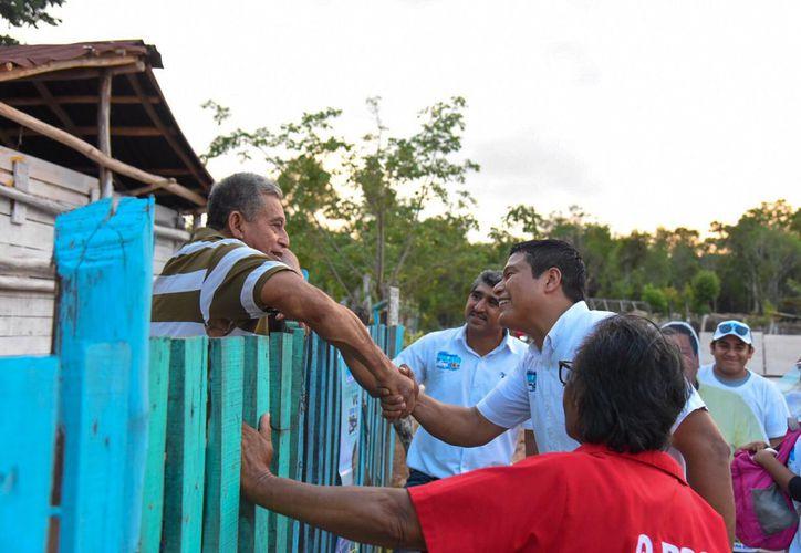 """El abanderado por la coalición """"Orden y Desarrollo Por Quintana Roo"""" encabezó una caminata y un mitin político. (Redacción/SIPSE)"""