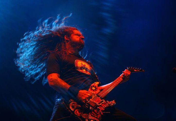 Sepultura regresará a México para el festival Hell and Heaven este fin de semana. En la foto, de 2011, el guitarrista de dicha banda, Andreas Kisser, durante una presentación en la apertura del Ozzy Scream Tour 2011 en Buenos Aires, Argentina.  (AP)