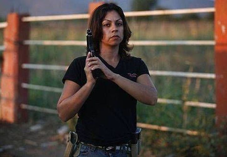 'Bonita'  resguarda su localidad patrullando con su pistola y su rifle R-15 en la cintura... y con jeans entallados y las uñas pintadas. (Facebook)