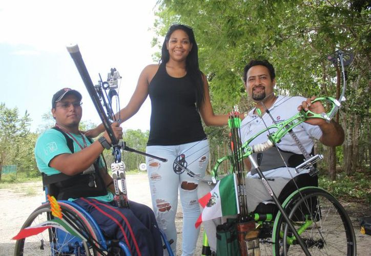 Los atletas  Omar Echeverría Espinoza y Domingo Santis Díaz competirán en Costa Rica en tiro con arco. (Daniel Pacheco/SIPSE)