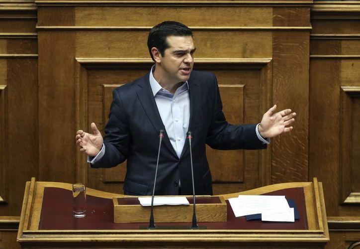 El primer ministro griego, Alexis Tsipras, asegura que el Fondo Monetario Internacional no puede hacer bien las cuentas de Grecia. (AP/Yorgos Karahalis)