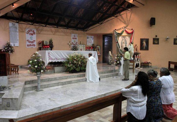 Las autoridades eclesiásticas estiman la presencia de más de 300 personas en el templo. (Harold Alcocer/SIPSE)