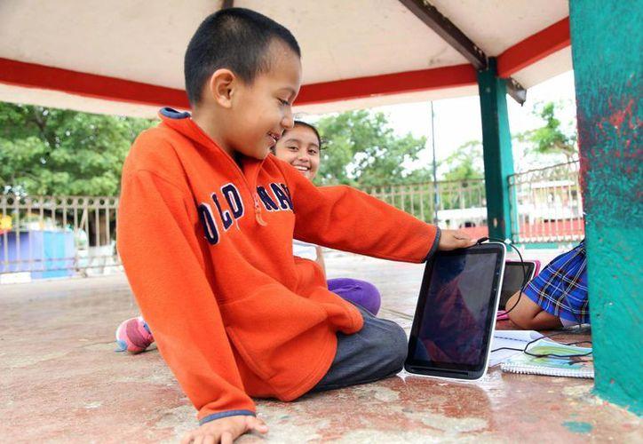 Las tabletas merman la calidad del aprendizaje de los menores. Yajahira Valtierra/SIPSE)