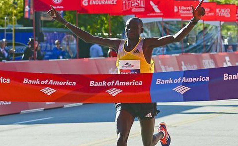 El keniano Dennis Kimetto cruza la línea de meta al terminar en primer lugar el Maratón de Chicago. (EFE)