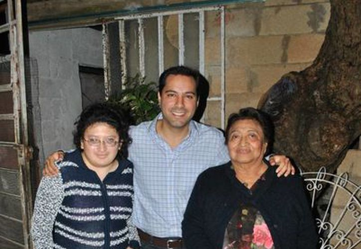 El diputado Mauricio Vila con la señora Elvira y su hija Margarita. (SIPSE)